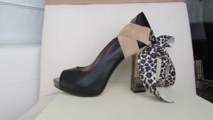 Accessoire de soulier à talon haut, suède et ruban motif animalier.