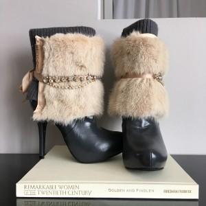 Accessoires de bottes en vison crème, doublé de soie et attaches de ruban de satin.